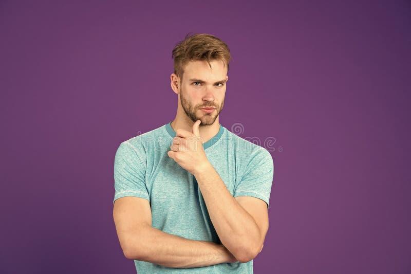 Vad ?r p? hans mening Man med starka muskul?sa armar G?r att ha den muskul?sa kroppen att g?ra dig s?krare Muskul?s man arkivbild