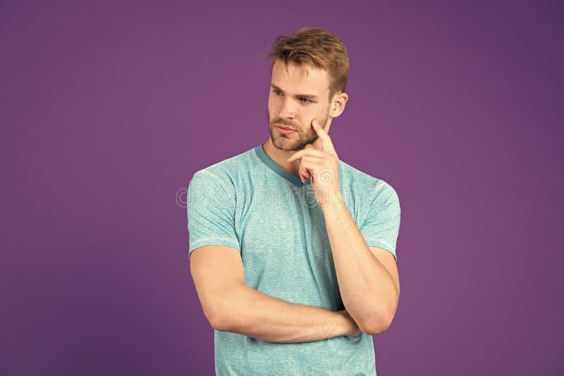 Vad ?r p? hans mening Manlighetbegrepp Man med starka muskul?sa armar G?r att ha den muskul?sa kroppen att g?ra dig mer royaltyfri fotografi