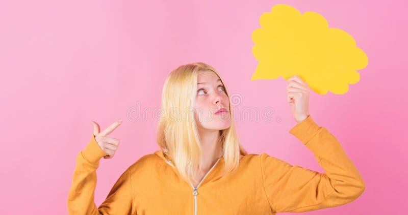 Vad ?r p? hennes mening Skapa id?n Tankar av den gladlynta f?rtjusande kvinnan Id?er och tankar kopierar utrymme Id? och arkivfoton