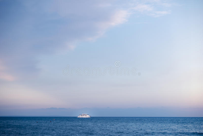 Vada in automobile la nave nel mar Mediterraneo in Larnaka, Cipro fotografie stock libere da diritti