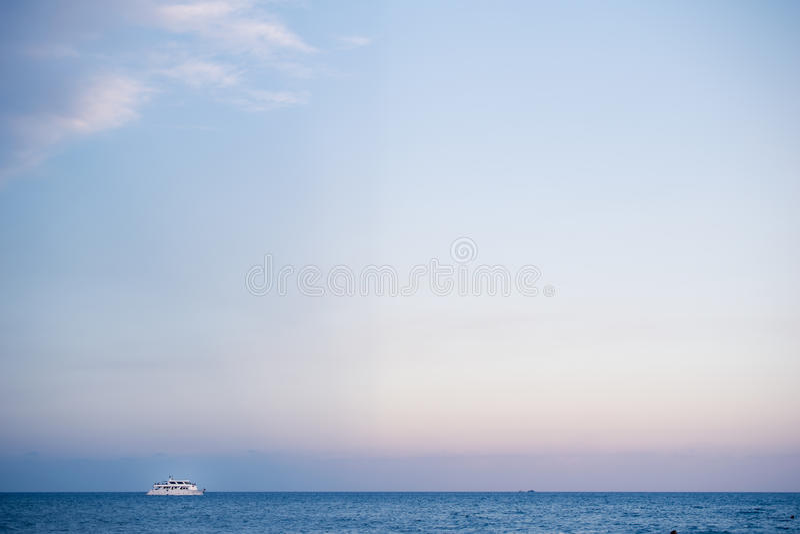 Vada in automobile la nave nel mar Mediterraneo in Larnaka, Cipro fotografia stock
