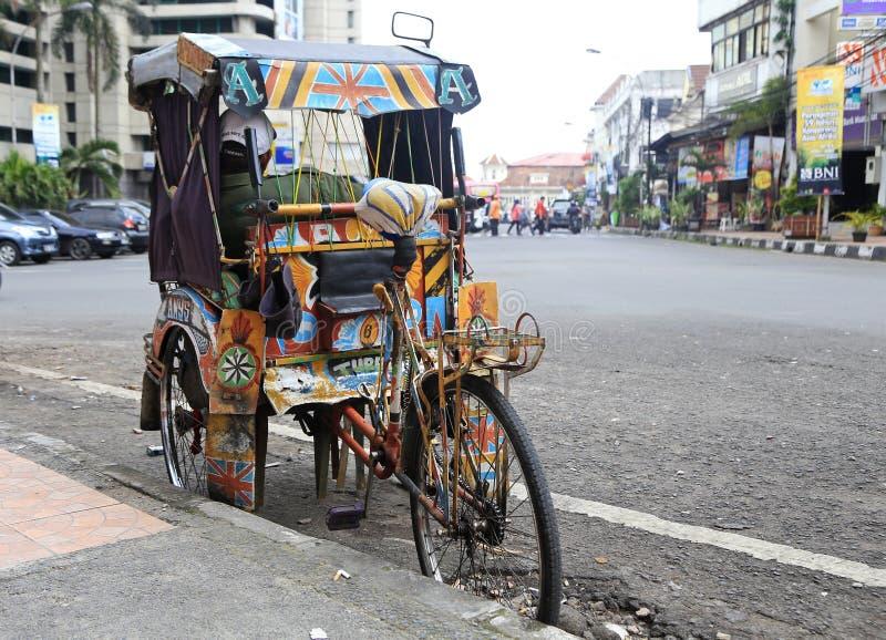 Vada in bicicletta il becak in Ujung Pandang, Sulawesi, Indonesia immagine stock libera da diritti
