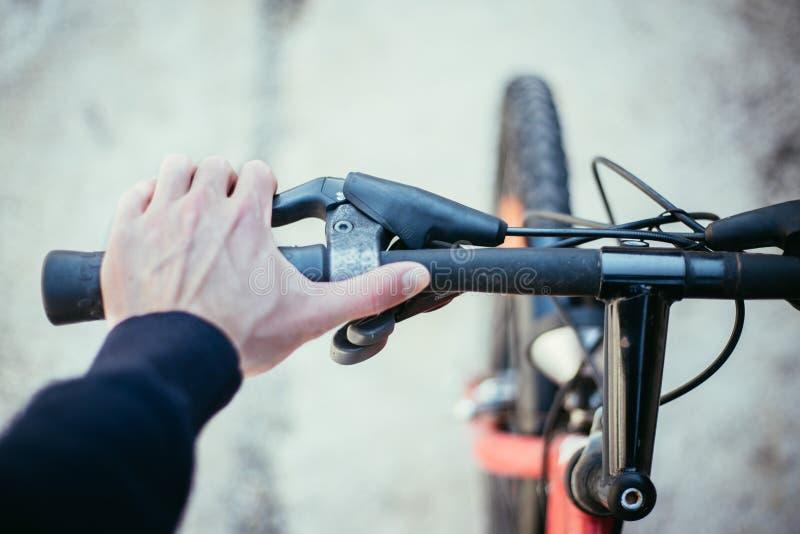 Vada in bicicletta il manubrio e le rotture, la riparazione della bici, fondo vago immagini stock
