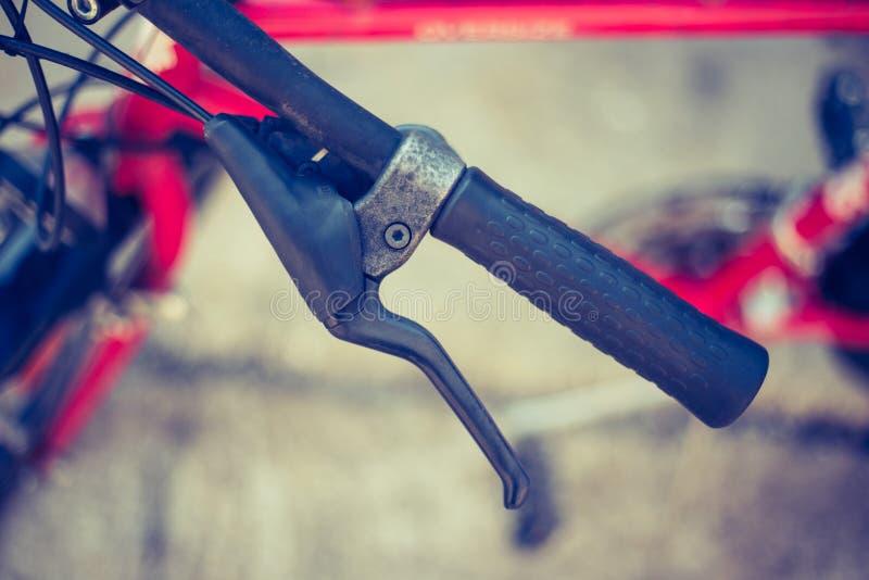 Vada in bicicletta il manubrio e le rotture, la riparazione della bici, fondo vago fotografia stock libera da diritti