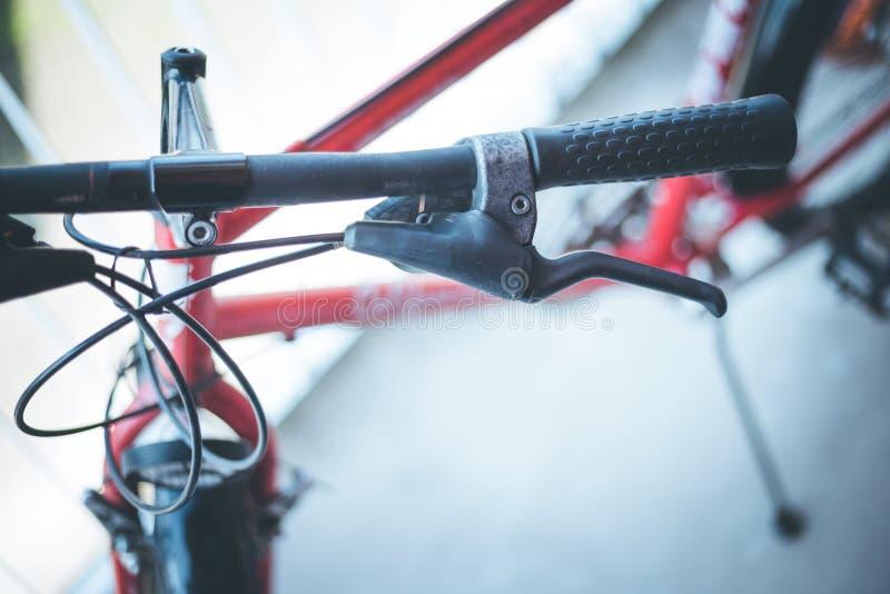 Vada in bicicletta il manubrio e le rotture, la riparazione della bici, fondo vago immagine stock libera da diritti