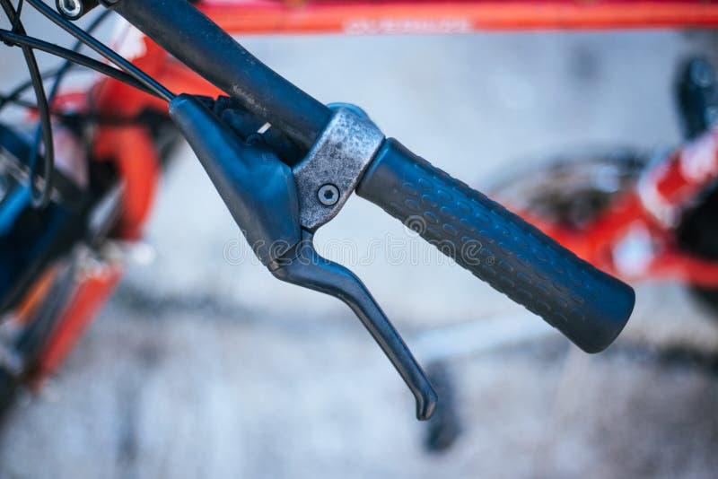 Vada in bicicletta il manubrio e le rotture, la riparazione della bici, fondo vago immagini stock libere da diritti