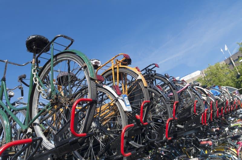 Vada in bicicletta il parcheggio fotografia stock