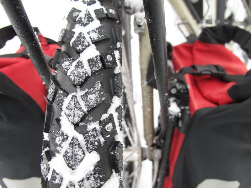 Vada in bicicletta le gomme di neve immagini stock libere da diritti