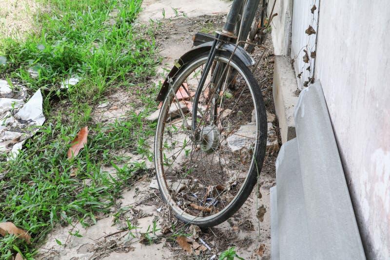Vada in bicicletta vecchio rotto antico a decadimento ed a ruggine immagini stock