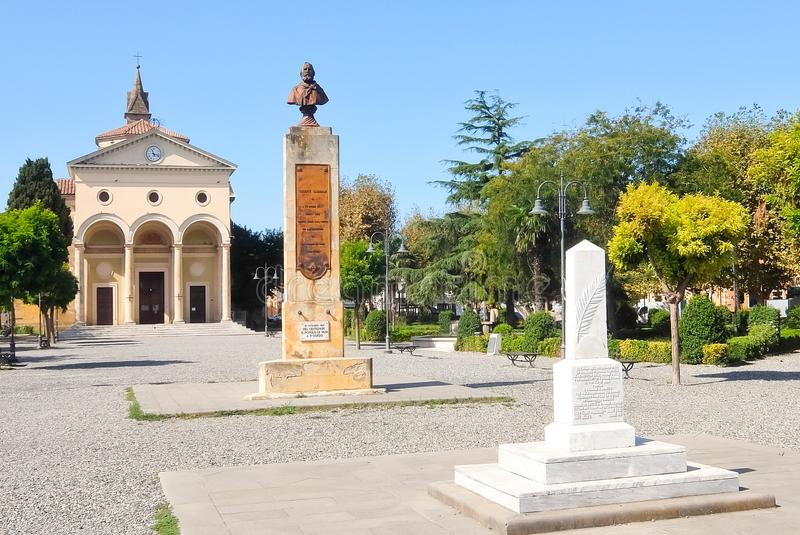 Vada, Itali? Weergeven van vierkante piazza Garibaldi van Garibaldi en kerk van San Leopoldo royalty-vrije stock afbeeldingen