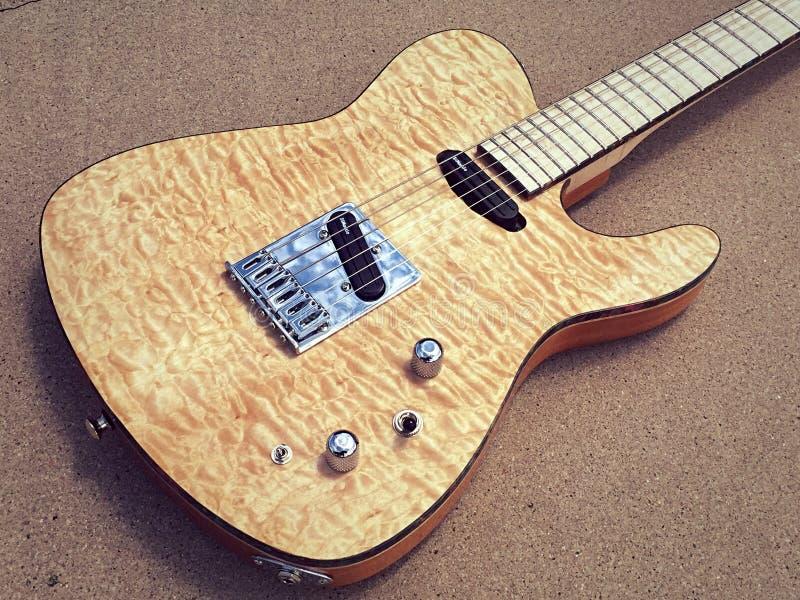 Vadderad lönnTejas T elektrisk gitarr royaltyfri fotografi