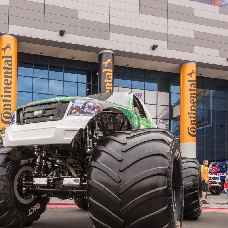 Vadear o monster truck, associação SEMA do mercado do equipamento da especialidade foto de stock royalty free