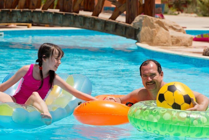 Vader &daughter in de pool royalty-vrije stock afbeelding