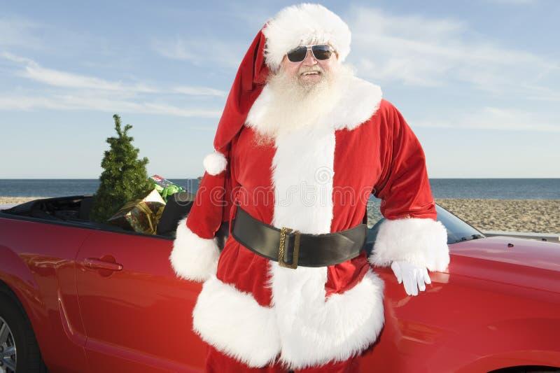 Vader Christmas By Convertible met Kerstboom stock afbeeldingen