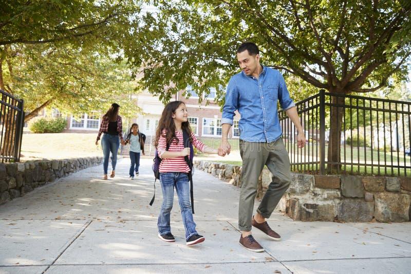 Vader In Collecting Daughter aan het eind van School royalty-vrije stock afbeeldingen