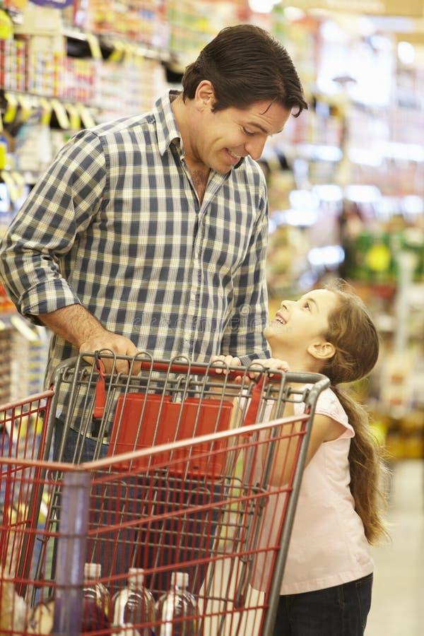 Vader And Daughteer Shopping in Supermarkt royalty-vrije stock afbeeldingen