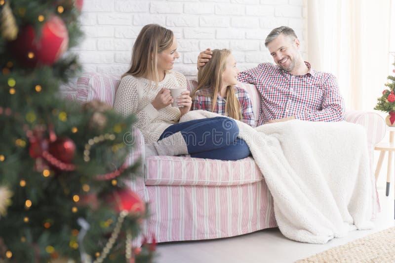 Vader die aan jonge dochter glimlachen stock foto