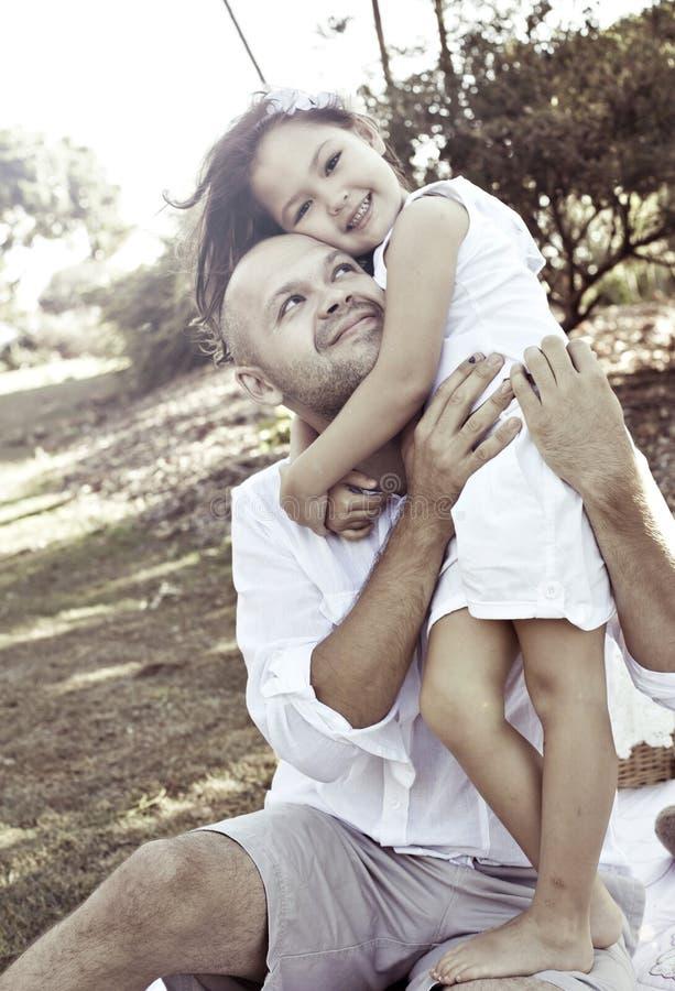 Vader die dochter koestert stock foto's