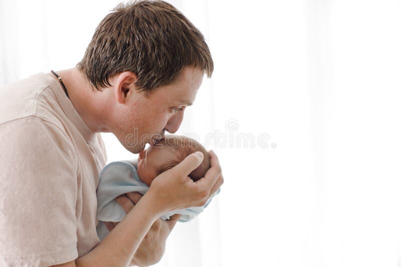 Vader die en zijn pasgeboren kind koesteren kussen royalty-vrije stock afbeelding