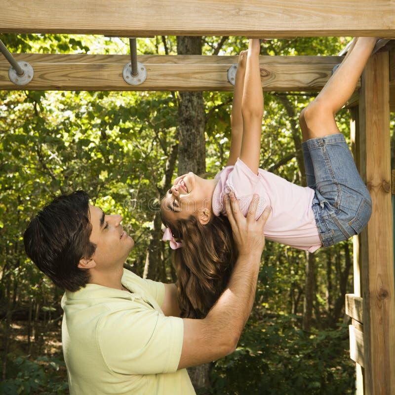 Vader die kind helpt. stock foto's