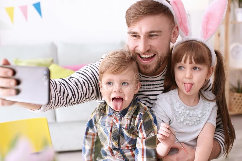 Vader die selfie met zijn kinderen op Pasen nemen stock foto's