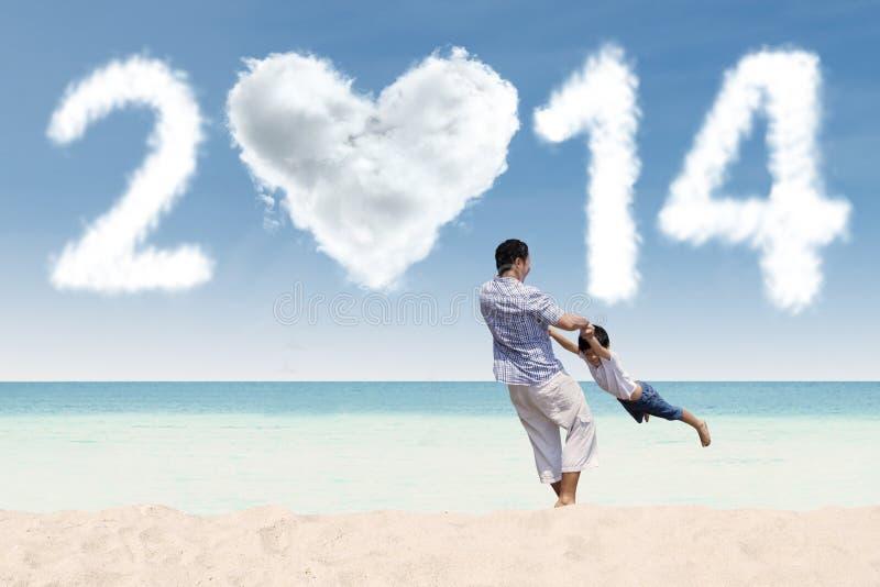 Vader die van nieuwe jaartijd genieten bij strand royalty-vrije stock foto