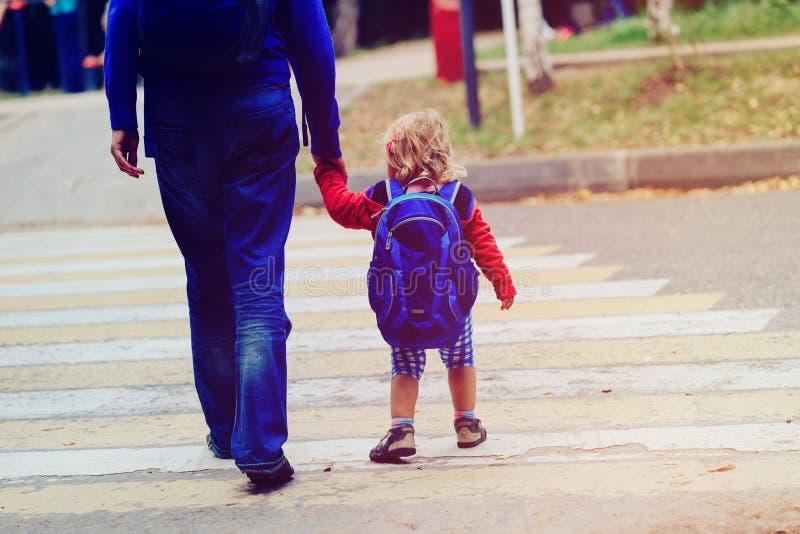 Vader die weinig dochter lopen aan school of opvang royalty-vrije stock afbeeldingen