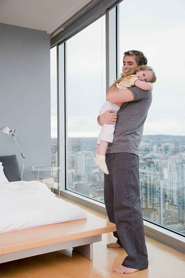Vader die zijn dochter houden royalty-vrije stock afbeelding