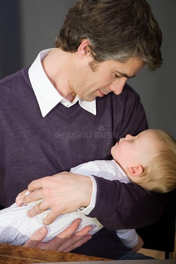 Vader die zijn zoon houdt royalty-vrije stock foto