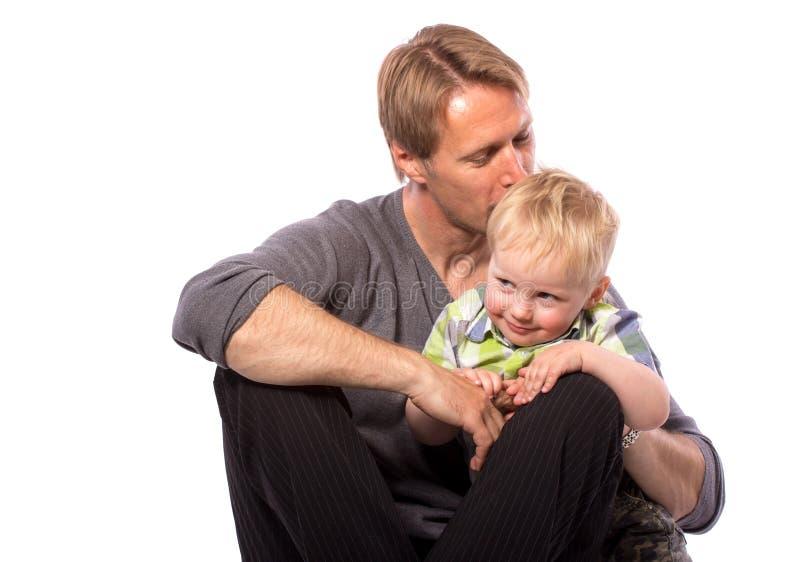 Vader die zijn zoon omhelzen stock afbeeldingen