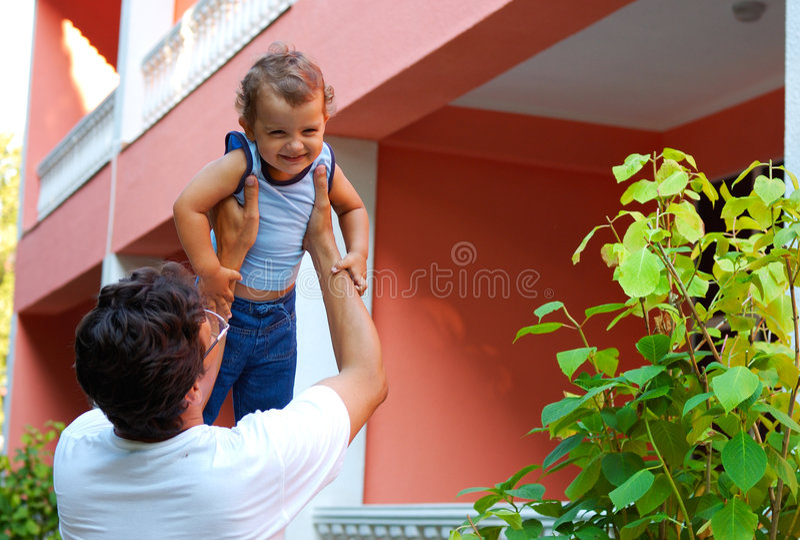 Vader die zijn zoon werpt stock afbeeldingen