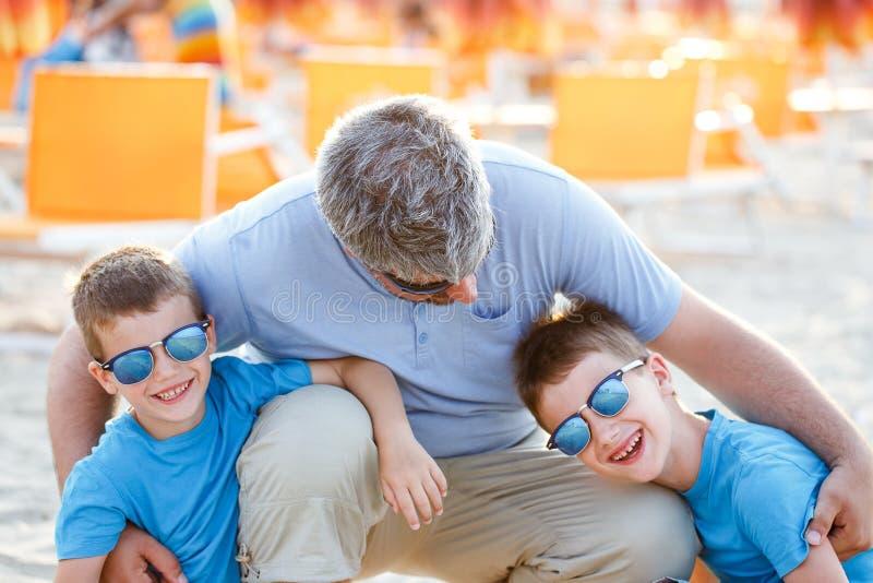 Vader die zonen omhelzen openlucht royalty-vrije stock fotografie