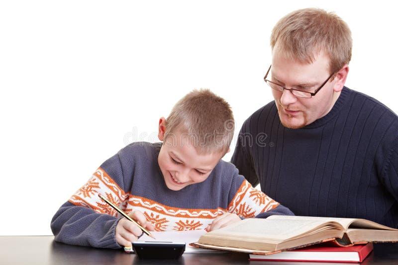 Vader die zoon met van hem helpt royalty-vrije stock foto's