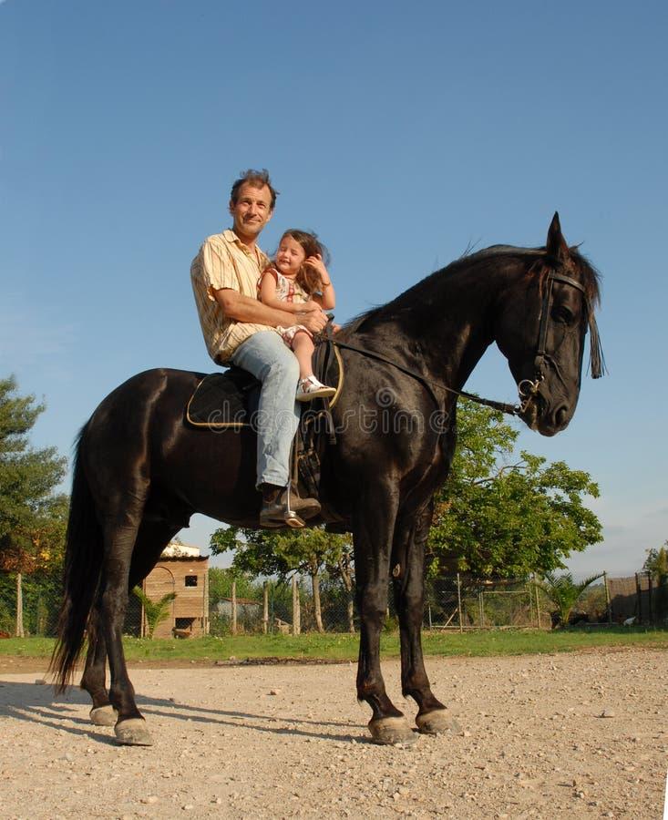 Vader, dochter en paard stock fotografie