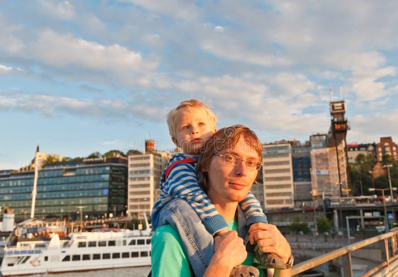 Vader en baby in de haven stock afbeelding