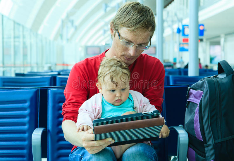 Vader en baby die in de luchthaven wachten royalty-vrije stock foto's