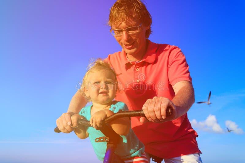 Vader en baby het biking bij de zomer royalty-vrije stock afbeeldingen