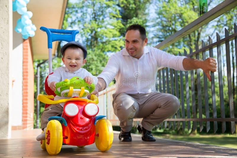 Vader en baby het spelen royalty-vrije stock afbeelding