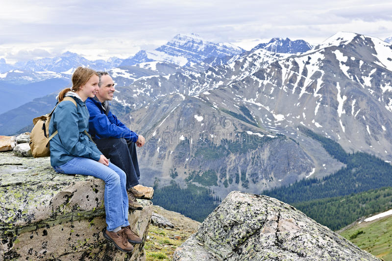 Vader en dochter in bergen royalty-vrije stock fotografie