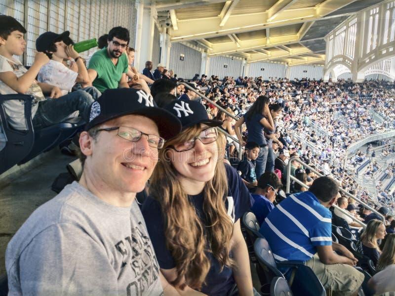 Vader en dochter bij honkbalspel