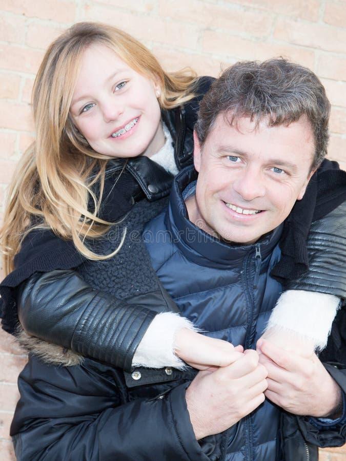Vader en dochter de aandeelliefde heeft pret openlucht stock afbeeldingen