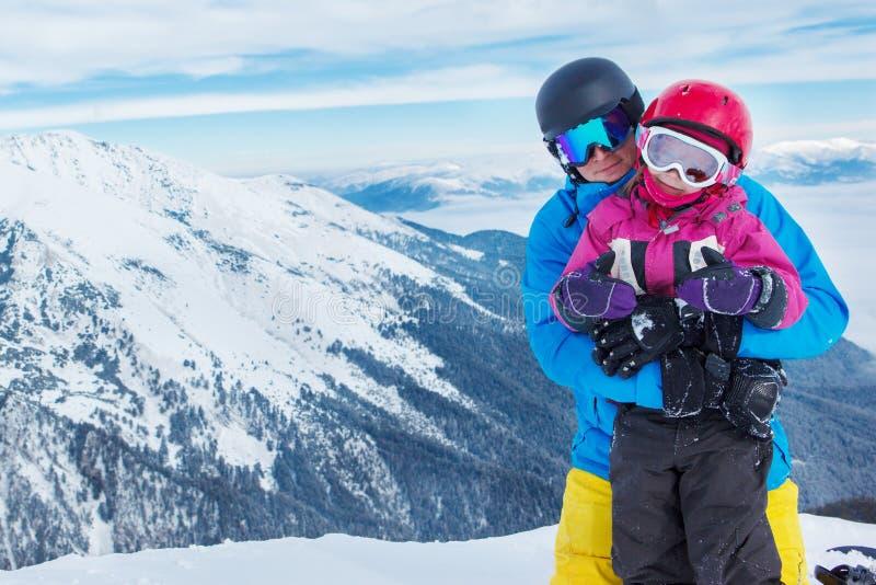 Vader en dochter in de winterbergen royalty-vrije stock foto's