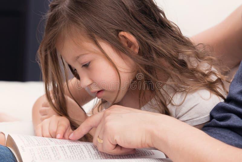 Vader en Dochter die de Bijbel lezen royalty-vrije stock afbeeldingen