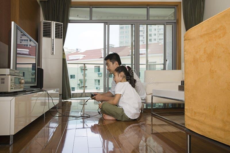 Vader en dochter die een videospelletje spelen royalty-vrije stock foto's