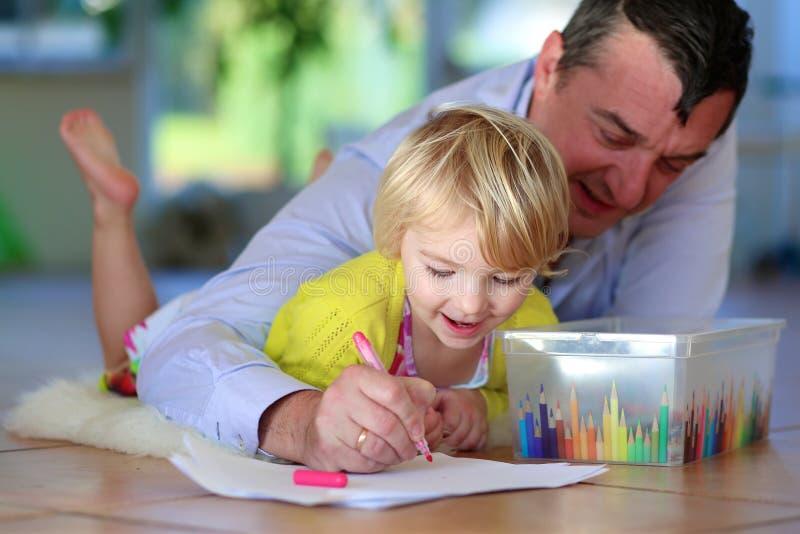 Vader en dochter die familie van tijd thuis genieten royalty-vrije stock afbeeldingen