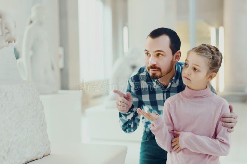 Vader en dochter die klassieke standbeelden bekijken royalty-vrije stock foto