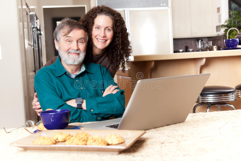 Vader en dochter die laptop met behulp van stock foto's