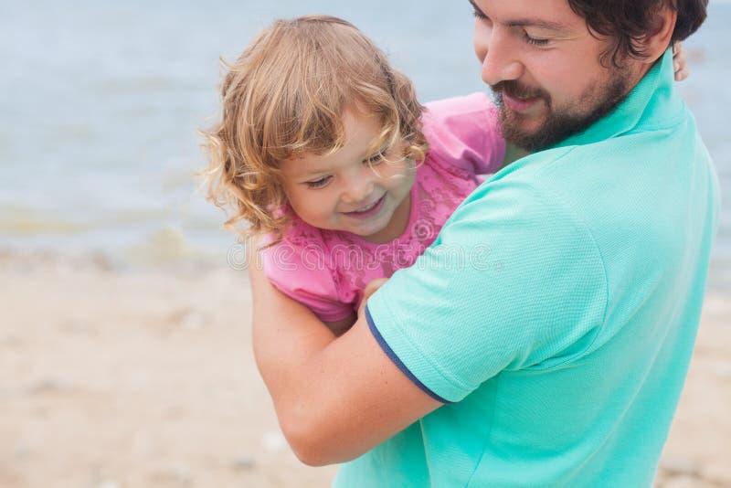 Vader en Dochter die Pret hebben bij het Strand royalty-vrije stock afbeeldingen
