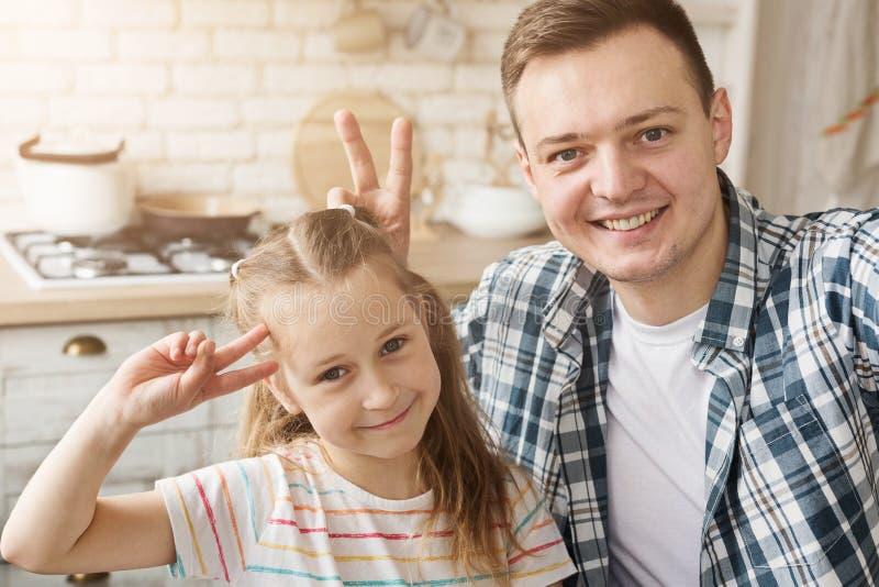 Vader en dochter die pret in keuken hebben royalty-vrije stock afbeeldingen