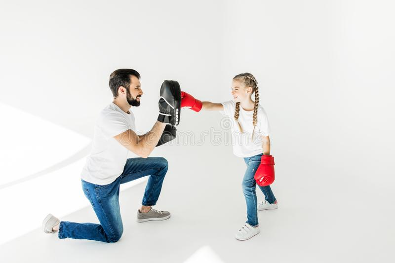 Vader en dochter die samen in dozen doen royalty-vrije stock afbeeldingen
